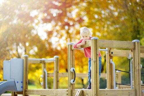 Bir parkta tek başına oyun oynayan bir çocuk.