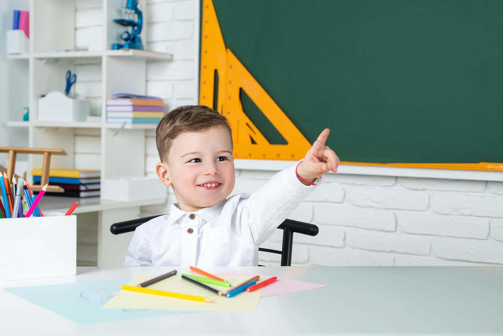 Glenn Doman'ın metoduyla çalışan küçük çocuk