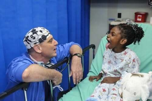 hastanede dilini çıkarmış çocuk ve doktor