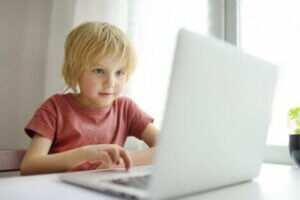 Bir çocuk laptop kullanıyor