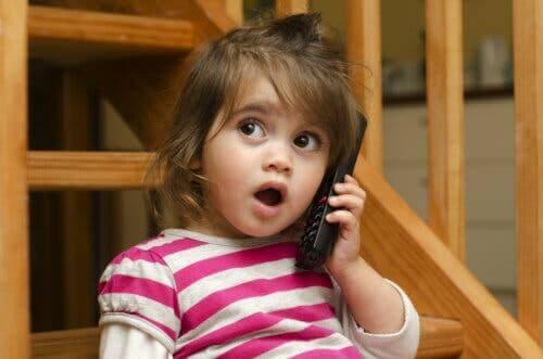 telefonda konuşan bebek
