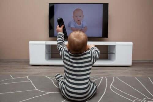 çocukların çok fazla televizyon izlemesi: televizyon izleyen bebek