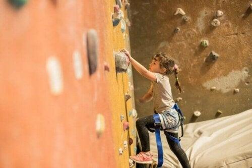 tırmanış yapan çocuk