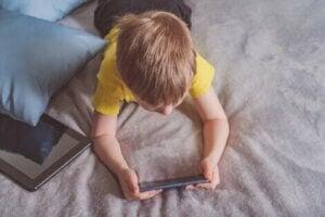 Aşırı ekran maruziyeti olan çocuk