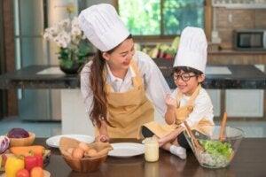 Yemek hazırlayan anne ve çocuk