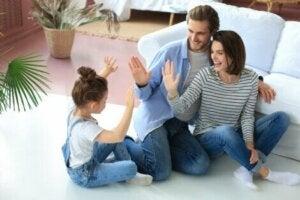 Kızları ile ekip olarak ilgilenen anne baba