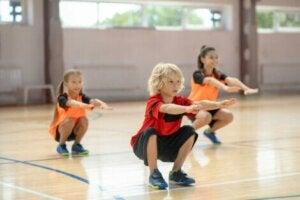 Egzersiz yapan çocuklar