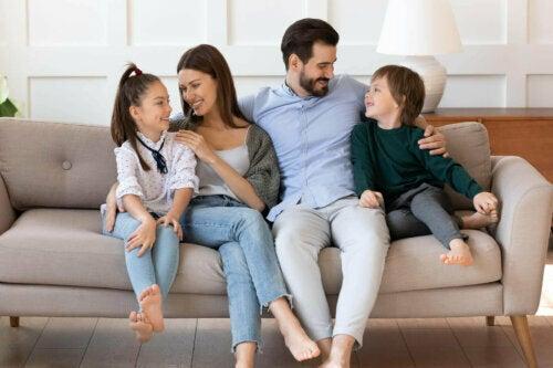 Çocuklarına sevgiyle yaklaşan anne baba