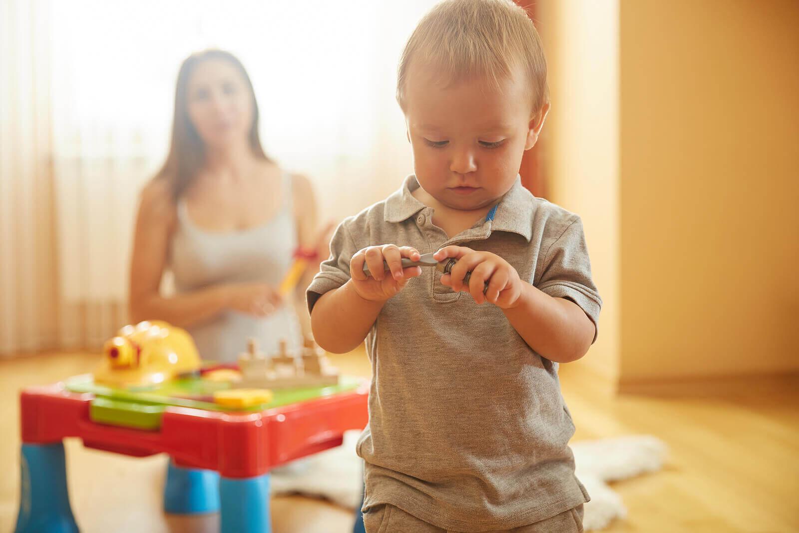 anne ve çocuk evde oyun oynuyor