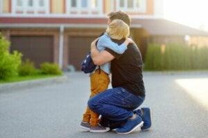 Bir baba çocuğuna sarılıyor