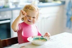 Kendi kendine yemek yiyen bebek