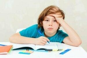 Ödev yaparken bunalmış çocuk