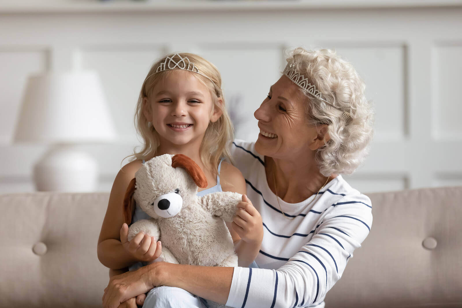 büyükanne ve torun oyun oynuyor