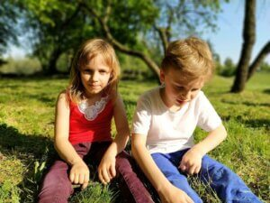 çimlerde oturan kız ve erkek çocuğu sosyal teoriler