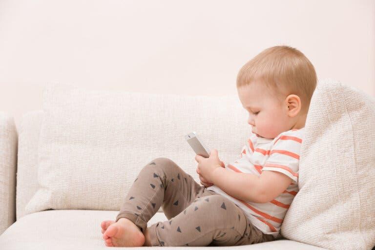 telefonle oynayan bebek