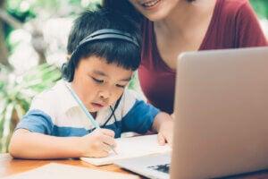 çocuk ve annesi bilgisayar başında yazıyor
