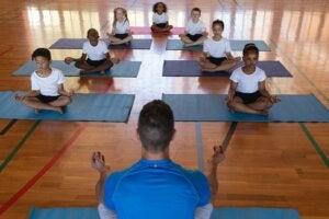çocuklara yoga yaptıran öğretmen