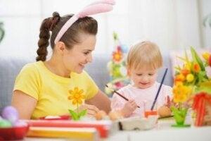 Kafasına tavşan kucağı şeklinde bir toka takan kadın çocukla birlikte boyama yapıyor