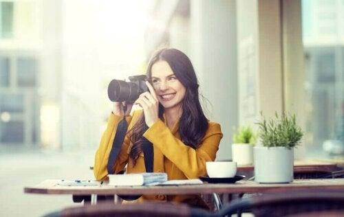 Fotoğraf atölyesi alan bir kadın.