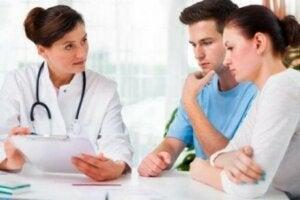 Bebek sahibi olmak için doktora giden çift
