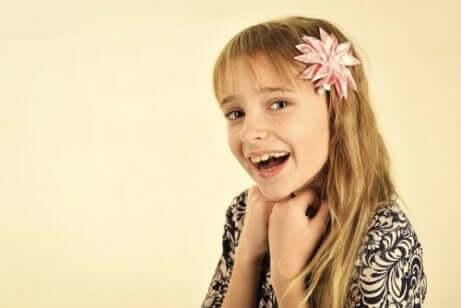 güzel saç kesimi olan kız