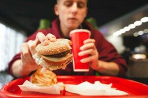 hamburger menü yiyen genç