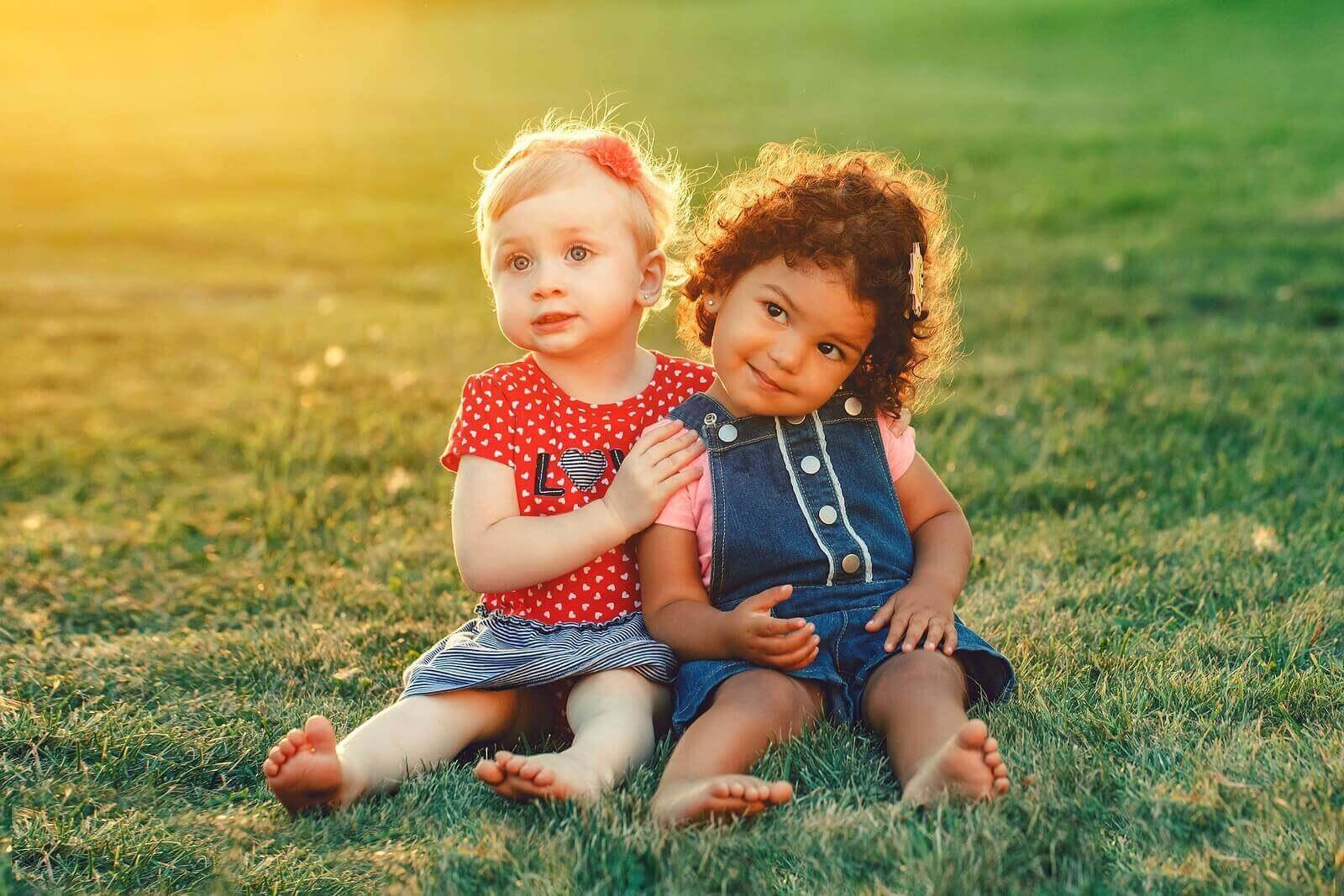 çimlerde birlikte iki kız çocuk