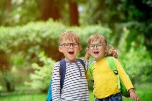 küçük iki çocuk okul arkadaş