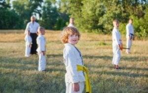Açık havada eğitmenle kung fu yapan çocuklar