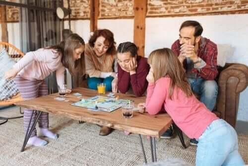 Bir kutu oyunu oynayan bir grup insan.