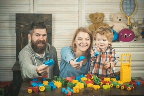 Legolarla oynayan bir aile.