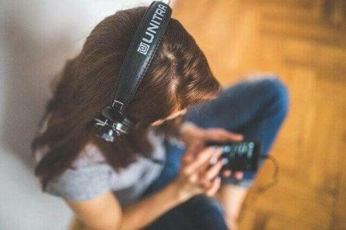 müzik dinleyen genç kız
