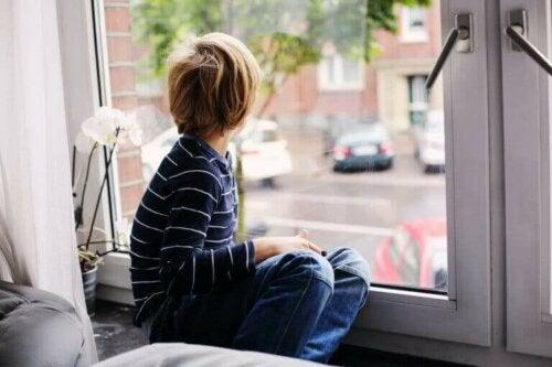 camdan dışarıya bakan çocuk