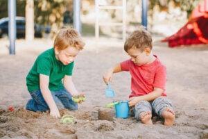 park kumda oynayan iki erkek çocuğu
