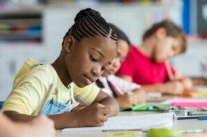 Sınav olan çocuklar