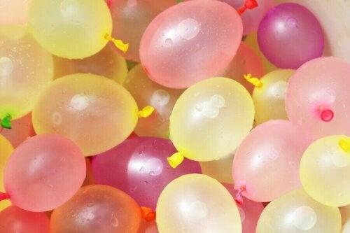 Bir sürü su balonu.