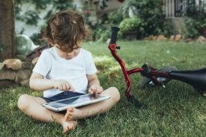 tabletle oynayan bir çocuk