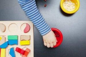 tahta bloklarla oyun oynayan bir çocuk