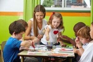 Çocuklar boyama yapıyor