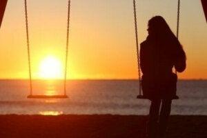 Sahilde salıncakta yalnız oturan genç kız