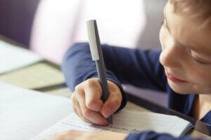 yazı yazan bir çocuk