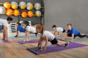 yoga dersi alan çocuklar