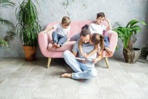 yüksek sesle çocuklarına kitap okuyan bir baba