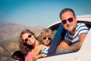 Araba ile seyahat eden aile