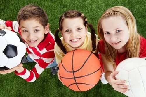 çocuklar spor toplar