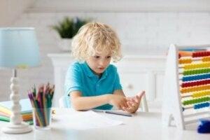 bir çocuk abaküs ile parmaklarını kullanarak saymayı öğreniyor