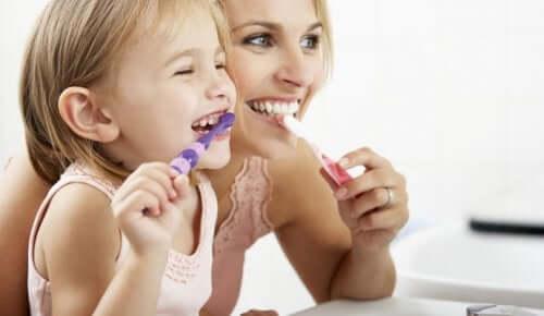 Dişlerinİ fırçalayan anne kız