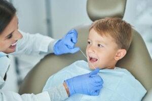 dişçiye muayene olan çocuk
