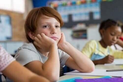 Derslerini dinlemek için motive olamayan çocuk