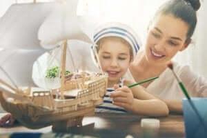 Atık kartonlardan gemi yapan anne kız